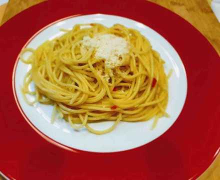 Spaghetti mit Öl, Knoblauch, Pepperoni und Frühlingszwiebeln